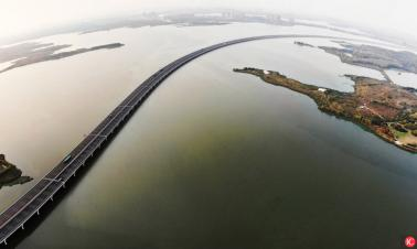 China's longest lake-crossing bridge in Wuhan