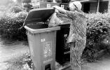 清理狗粪、捡拾垃圾……94岁姚奶奶5年来一直义务做这些事
