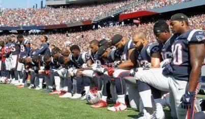 特朗普言论引口水战数百名球员奏国歌时跪地抗议