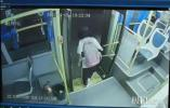 13岁女孩下公交时手脚被门夹,遭拖行20秒!视频看着太疼了......