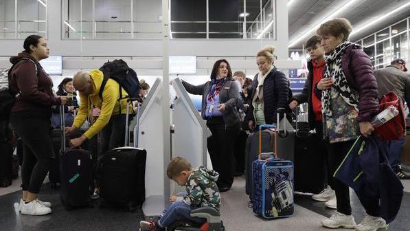 近2000个航班延误 30万户停电……美国这轮冬季风暴威力惊人