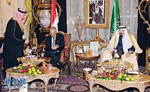 萨利赫(左二)在海合会协议上签字