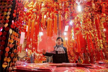 南京市民挑选春节饰品 红红火火迎新(组图)