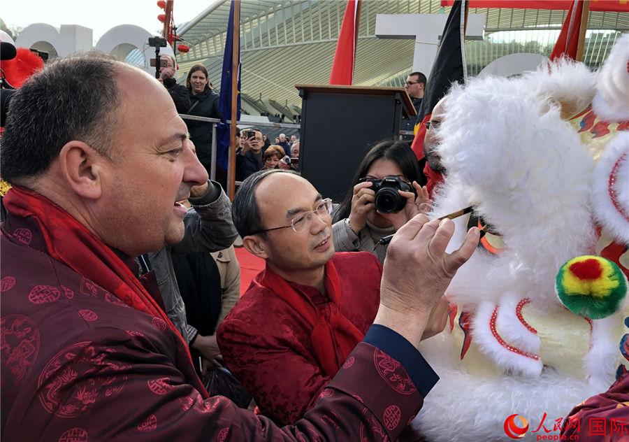 """第五届""""欢乐春节""""盛装巡游在比利时举行"""
