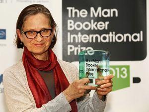 美国作家莉迪亚·戴维斯手捧布克奖奖杯