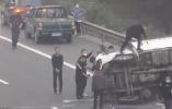 高速上货车旋转侧翻2人被困 6车靠边停下10余人冲去施救