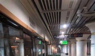 武汉地铁3号线施工设备侵限故障,损坏屏蔽门已拆除,线路正常运营