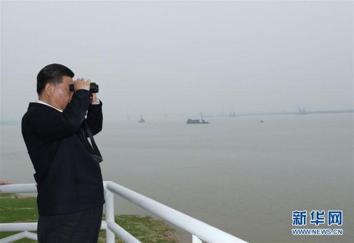 这是座谈会前,习近平于25日下午在岳阳城陵矶水文站考察。