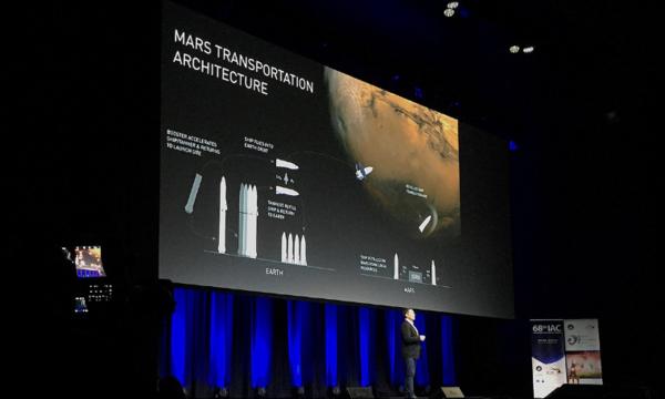 SpaceX首席执行官伊隆·马斯克在第68届国际宇航大会上发表演讲。