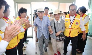 Excitement and sorrow for families separated by Korean War