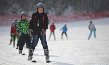 Students experience skiing in north China's Chongli