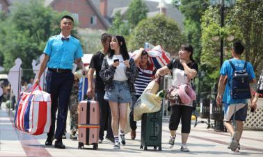 'Shared' seniors help university freshmen with orientation