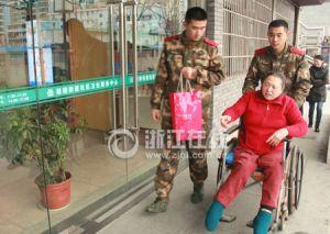 消防战士们陪蒋玉燕去社区卫生服务中心
