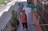 奶奶独自住老家摄像头前高举小花花跟孙女分享,温暖可爱溢出屏幕