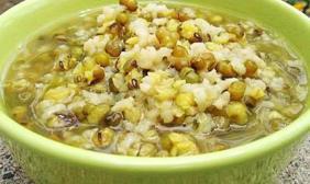 炎炎夏日喝绿豆汤解暑消热、促进食欲,但为何说有2类人不能喝?