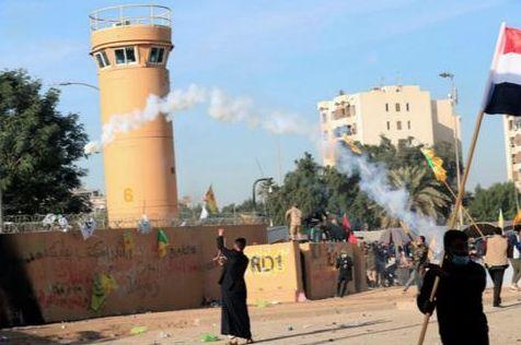 伊拉克抗议者发射催泪弹,特朗普却威胁伊朗……