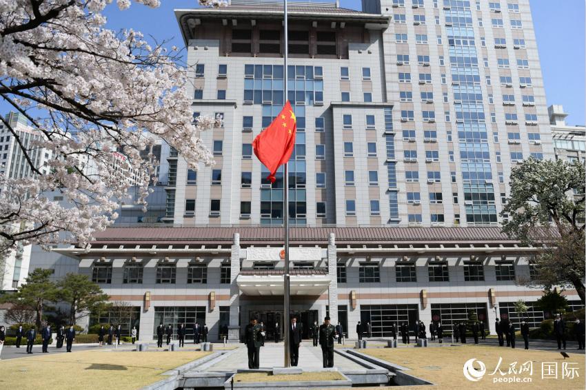 中国驻韩国大使馆降半旗悼念抗疫牺牲烈士和逝世同胞
