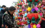 50岁女儿给79岁妈妈买元宵节花灯:小时候你带我看灯,现在我给你买灯