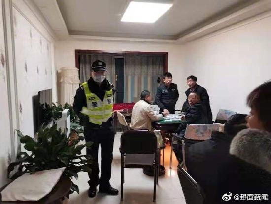 警察劝阻市民打麻将:打完这一把,马上给我回家