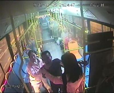 男子乘公交不付钱还脚踢司机 两女大学生劝阻