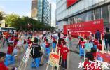 超燃!南京新百广场上倾情演绎三行诗,礼敬新中国